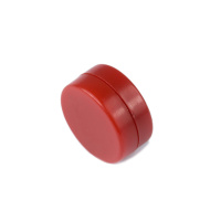 Röd magnet med plastcoating.