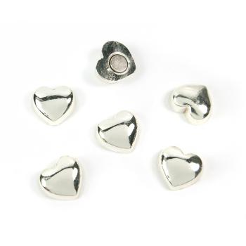 Silverfärgade hjärtmagneter för kylskåpet.